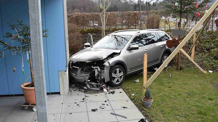 Die Kollision zweier Autos endet in Sarnen für eines der Fahrzeuge an einer Hausfassade.