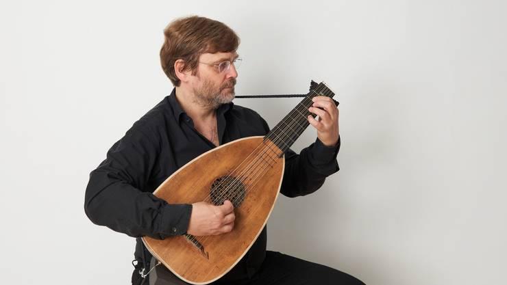 Reformator Zwingli schrieb auch das Pestlied. Damit dieses Lied im Film realisiert werden konnte, brauchte es viel Arbeit vom Menziker Lautenisten Andreas Schlegel.