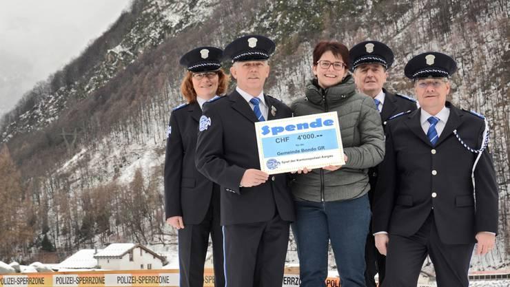 Im winterlichen Bondo wurde die Spende aus dem Aargau übergeben.