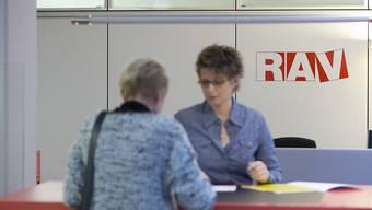 Bei den Regionalen Arbeitsvermittlungszentren (RAV) waren Ende April 944 Personen weniger als arbeitslos gemeldet als im Vormonat. (Gestellte Szene, Symbolbild)