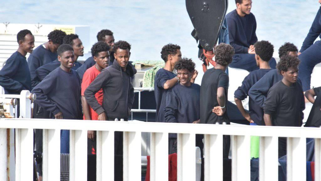 Von der italienischen Küstenwache aufgegriffene Flüchtlinge: Italien hat 2017 eine Rekordzahl an Asylgenehmigungen ausgestellt. 101'000 Ausländer erhielten Asyl. Das waren 16 Prozent mehr als im Vorjahr. Die meisten Asylsuchenden stammten dabei aus Nigeria, Pakistan und Bangladesch. (Archiv)