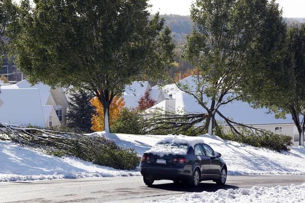 Ein schneebedeckter Wagen fährt in Newtown (Pennsylvania) über die Strasse