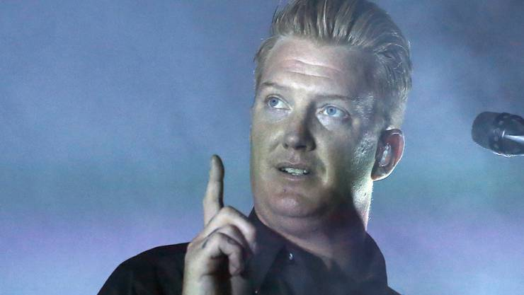 """""""Rauchen verboten? Nicht für mich"""", sagt sich Musiker Josh Homme, Frontmann der Queens of the Stone Age. Der 44-Jährige rauchte während eines Konzerts in Manchester und hat sich deshalb Ärger mit den Veranstaltern eingehandelt. (Archivbild)"""