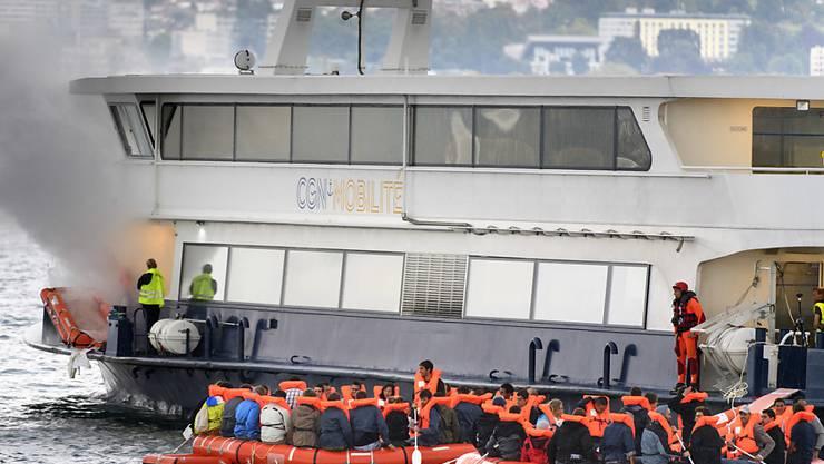 Nach einer fiktiven Explosion auf einem Schiff der Genfersee-Schifffahrtsgesellschaft (CNG) vor den Gestaden von Lausanne werden die Passagiere auf Rettungsboote umgeladen.