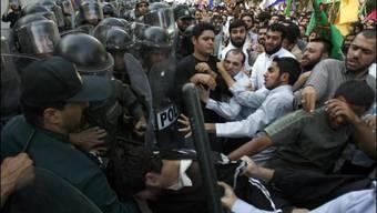 Demonstranten am Montag vor der Schweizer Botschaft in Teheran.