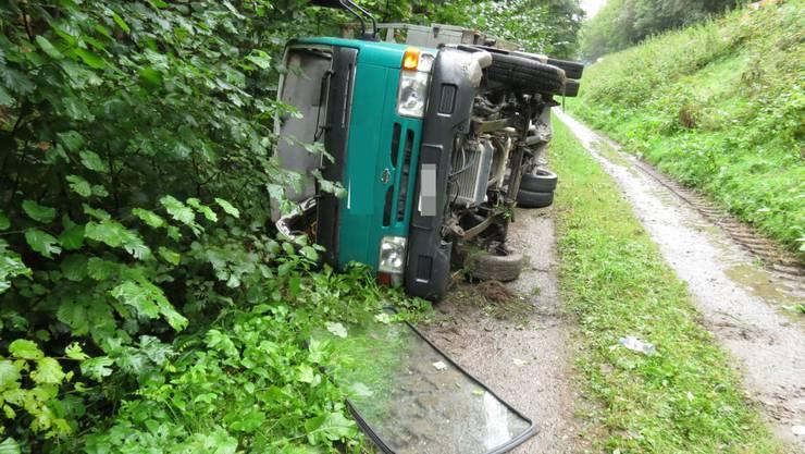 Der Lieferwagen stürzte die Böschung hinunter und kam auf einem Waldweg zu liegen.