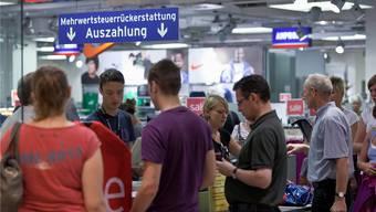 Durch den Einkaufstourismus entgehen dem Fiskus laut der Schweizer Steuerverwaltung eine halbe Milliarde Franken an Mehrwertsteuereinnahmen.