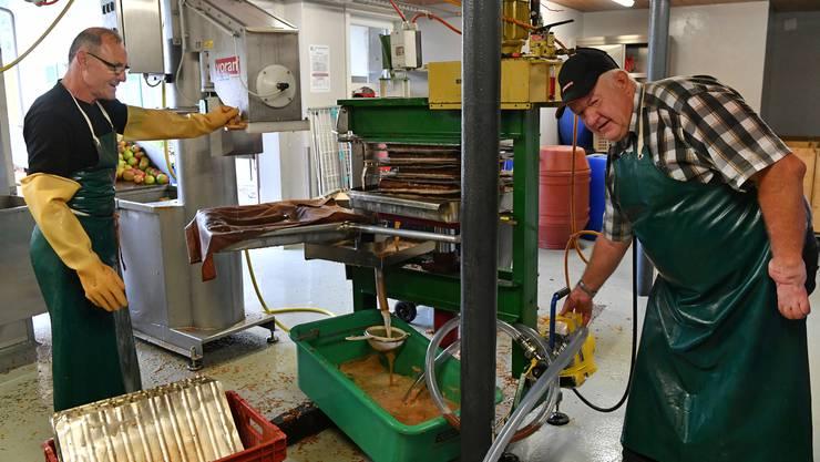 Seit letzter Woche gibt es ab der Mosti Balsthal frisch gepressten Apfelmost. Die beiden Moster Thomas Infanger (l.) und Georg Studer sind seit vielen Jahren mit dabei, ihre Handgriffe sitzen.
