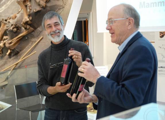 Heinz Furrer Projektleiter (links) erhält von Rudolf Huser Stiftungsrat als Anerkennung 2 Flaschen Mammutwein