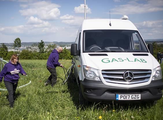 Auf Versuchsparzellen bei Agroscope in Zürich messen Forschende mit einem mobilen Labor die Lachgas-Emissionen, die nach Düngung von Feldern und Wiesen entstehen.