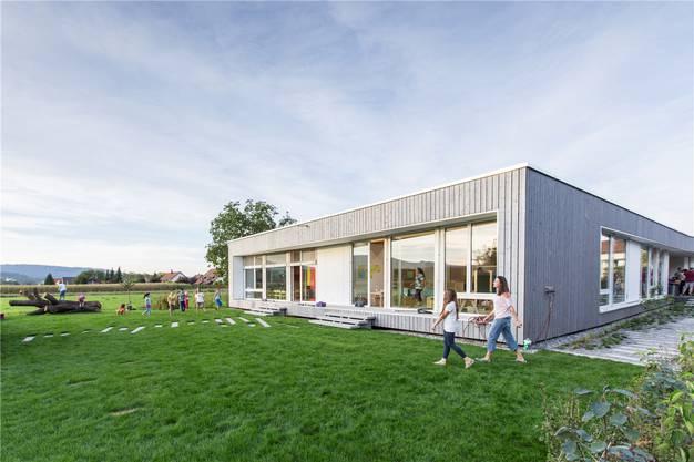 Der neue Kindergarten Herrengasse ist ein grosszügiger Elementbau aus Holz.