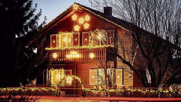 Blickfang in der Adventszeit: Die Weihnachtsbeleuchtung von Esther und Karl Villiger in der Weininger Fahrweid ist für viele Menschen in der Region ein abendliches Highlight.