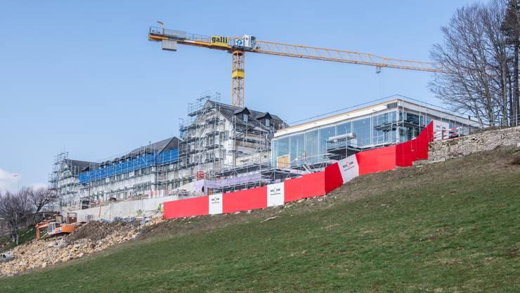 Nebeneinander von Alt und Neu: Das alte Kurhaus Weissenstein und der moderne Glaskubus der Panorama-Halle.