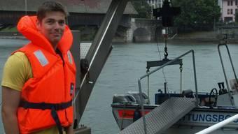 Retter und Infrastruktur: Bademeister Simon Grieder vor dem 20-jährigen Rettungsboot