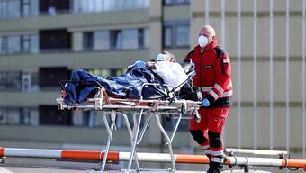 Die Zahl der neu hospitalisierten Covi-19-Patienten in Frankreich sinkt leicht: Rückkehr eines in Deutschland behandelten Franzosen in die Heimat.