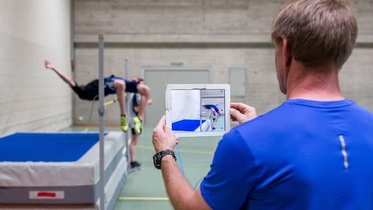 er Endinger Bezlehrer Thomas Uhlig filmt seit Jahrzehnten im Turnunterricht – hier mit einem iPad einen Schüler beim Hochsprung.