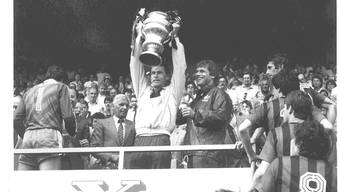 Die Stunde des Triumphs: Ottmar Hitzfeld (mit Pokal) und Radi Schibli (rechts) sind Cupsieger 1985 mit dem FC Aarau. OL