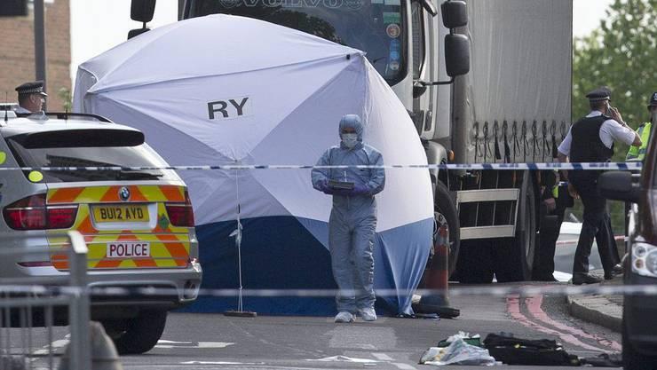 Die Polizei hat den Tatort hermetisch abgeriegelt und sichert Spuren.
