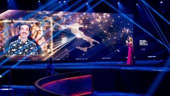 Als Moderatorin des Eurovison's Europe Shine A Light spricht die Niederländerin Chantal Janzen mit dem italienischen Sänger Diodato. (Archivbild)
