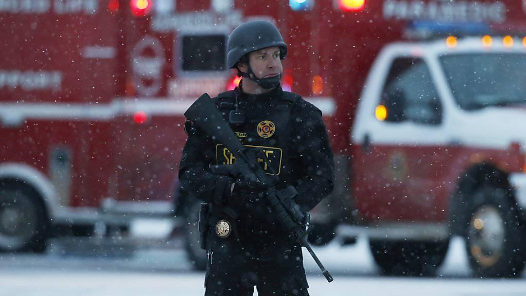 Unklar ist nach wie vor der Hintergrund der Schiesserei bei und in einer Abtreibungsklinik in Colorado Springs. Elf Personen wurden verletzt, unter ihnen fünf Polizisten.