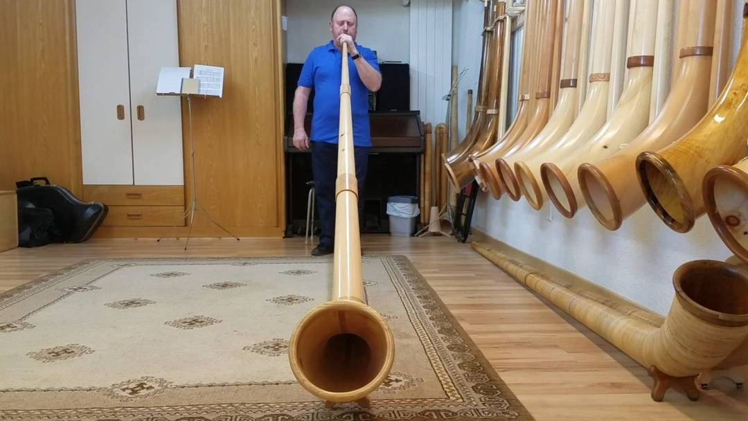 Der Leutwiler Alphornbauer Beat Huber spielt ein Ständchen mit seinem selbstgebauten Alphorn.