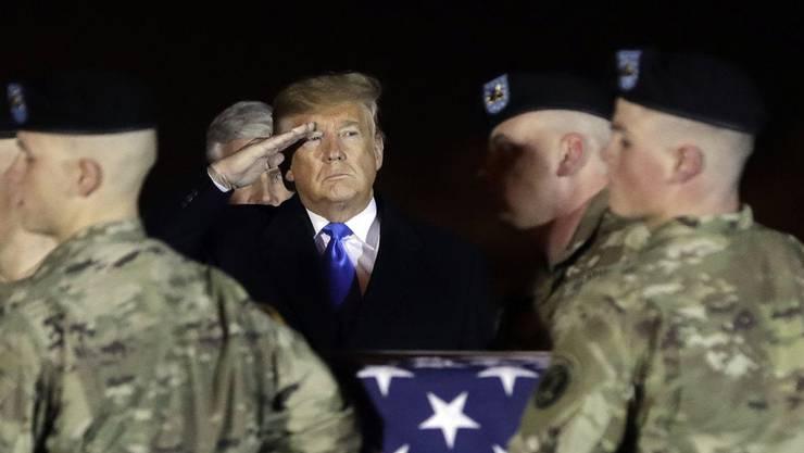 Donald Trump salutiert einem in Afghanistan gefallenen US-Soldaten.