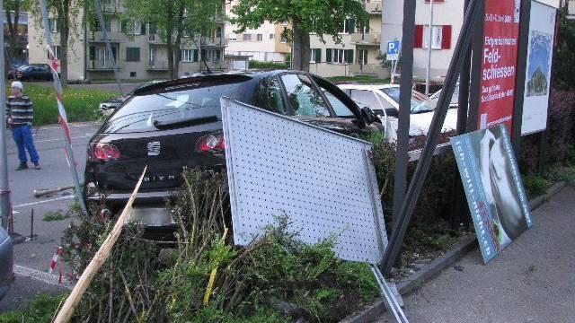 Der Mann durchschlug mit seinem Wagen eine Plakatwand.