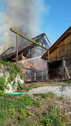 Als die Feuerwehr eintrifft, steht das Bauernhaus bereits in Vollbrand.