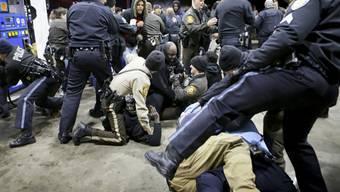 Kämpfe zwischen Polizisten und Demonstranten an der Tankstelle