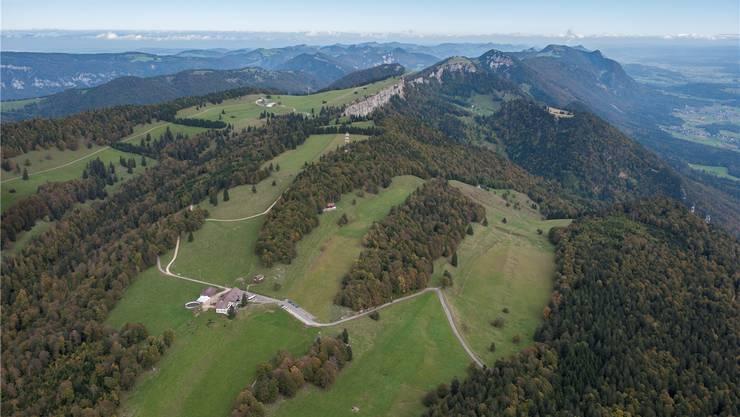 Blick aus der Vogelperspektive: Der Gasthof Untergrenchenberg im Vordergrund und der Oberberg im Hintergrund.