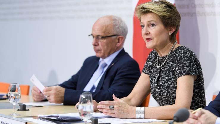 Simonetta Sommaruga und Uelia Maurer kommentieren die Abstimmungsresultate: Der Bundesrat zeigt sich erleichtert.