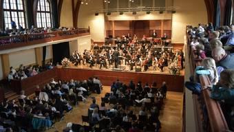 Das Publikum feierte den Klarinettenvirtuosen, den auf weissem Hemdrücken ein rotes Schweizerkreuz enthüllenden Dirigenten sowie das heimische Orchester. (Symbolbild)