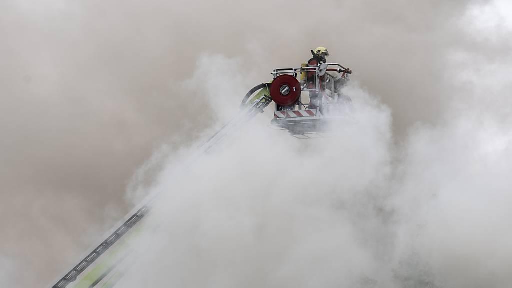 Im Dachstock der Zürcher Klinik Hirslanden ist am Montag ein Feuer ausgebrochen.