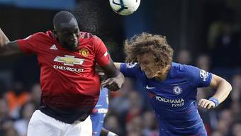 Romelu Lukaku (links) steigt im Luftduell mit David Luiz höher
