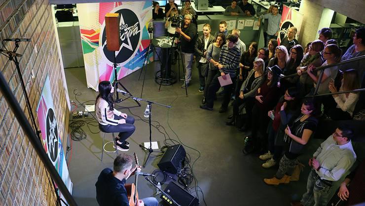 50 Fans fanden sich in den Studios von Radio Argovia ein.