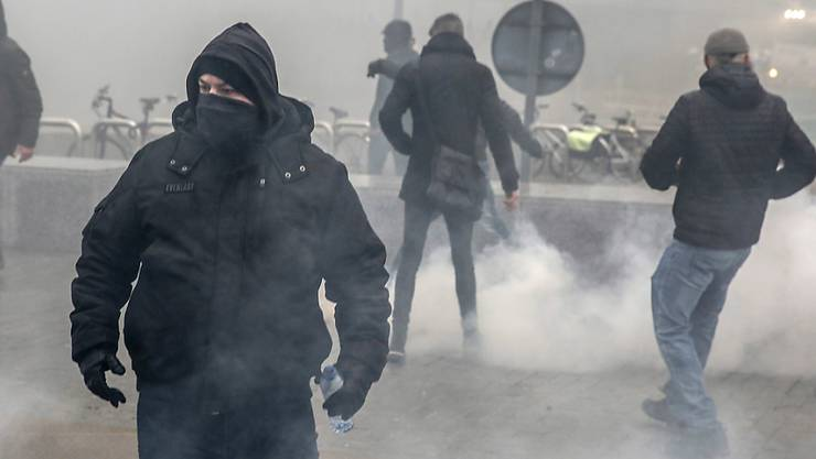 Rechtsextreme demonstrieren auf ihre Art in Brüssel gegen den Uno-Migrationspakt.