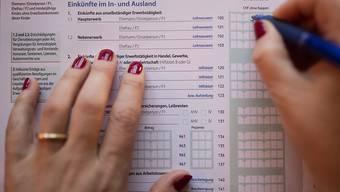 Die Pauschalabzüge, die in der Steuererklärung für die Krankenkassenprämien gemacht werden können, werden um fast das Doppelte erhöht. Das hat das Parlament entschieden. (Themenbild)