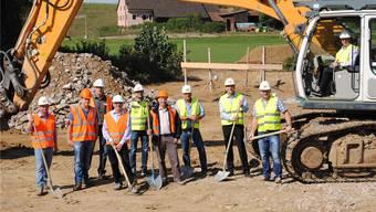 Die Verantwortlichen um Abwasserverbands-Präsident Markus Fässler (im Bagger) feiern den Beginn der Bauarbeiten am Hochwasserrückhaltebecken zwischen Zeiningen und Möhlin. Nadine Böni