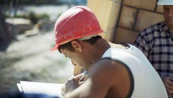 Verdachtshinweise auf Schwarzarbeit würden sofortige Abklärungen und Kontrollen auslösen.