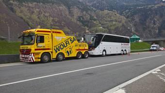 Für diesen Reisecar war der Gotthard eine zu grosse Herausforderung. Der Pannendienst ist ein sicheres Geschäft in Airolo.