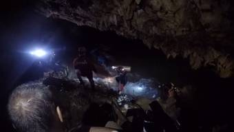 Seit einer Woche werden 12 Jungen und ihr Trainer in einer Höhle in Thailand gesucht. Letzte Hoffnung: Internationale Experten. Die Zeit läuft!