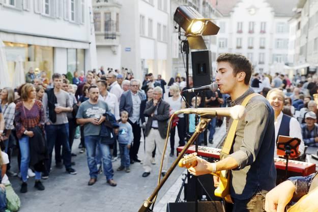 Das Flo Bauer Blues Project aus dem Elsass brachte Hochstimmung vor der Laterne in der Altstadt,