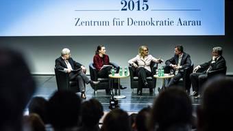 Wolf Linder, Samantha Besson, Moderatorin Sonja Hasler, Hans-Ueli Vogt und Andreas Glaser auf dem Podium im Kultur- und Kongresshaus Aarau.