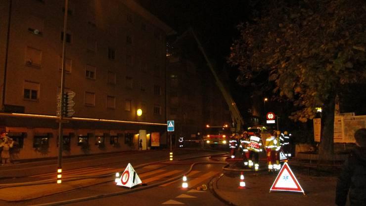 Die Kantonspolizei Zürich, die Feuerwehr Schlieren, die Berufsfeuerwehr Zürich, die Kommunalpolizei Dietikon sowie ein Rettungswagen vom Spital Limmattal waren vor Ort.