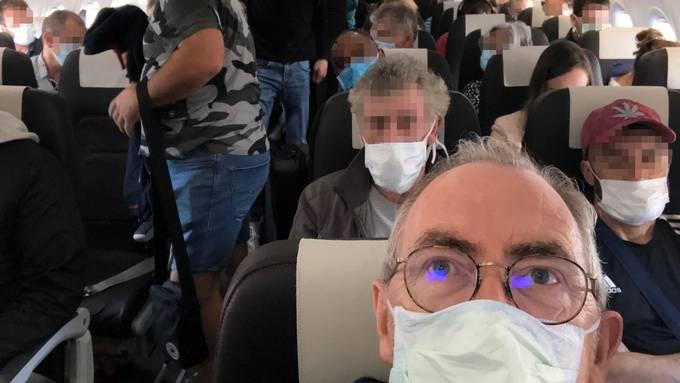 Passagiere mit Masken in einem Flugzeug der Swiss auf dem Flug von Zürich nach Lissbaon am 17. Mai 2020.