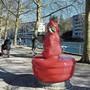 Eine der Arbeitsgruppen widmet sich Plastikkunst und hat das Tränenbrünneli an der Limmatpromenade mit Plastik eingewickelt.