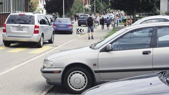 Im Verkehrschaos rund um Schulhäuser verlieren Autofahrer schon einmal den Überblick – dann wird es gefährlich. (Symbolbild)