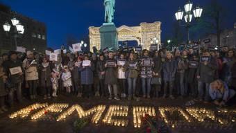 Menschen stehen in Moskau vor dem mit Kerzen gebildeten Wort Kemerovo. Im sibirischen Kemerovo waren bei einem Grossbrand am Sonntag 64 Menschen ums Leben gekommen, unter ihnen 41 Kinder.