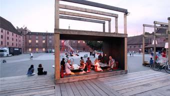 Szenografie-Studenten der HGK FHNW haben dem Festivalzentrum auf dem Kasernenplatz einen gemütlichen Wohnzimmer-Charakter gegeben. Guillaume Musset