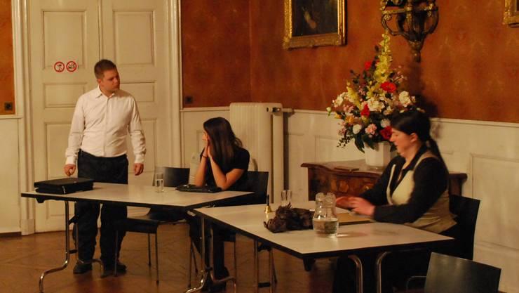 Überzeugen: v.l. Remo Streit als Anwalt Peer Bille (Remo Streit), Milica Stanojevic als Angeklagte und Helena Kountoudakis als Richterin. ZVG